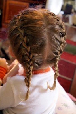 Otro estilo para llevar trenzas son en diadema, es decir, hacerle trenzas a cada lado, separando antes por completo el cabello, y luego llevando las trenzas