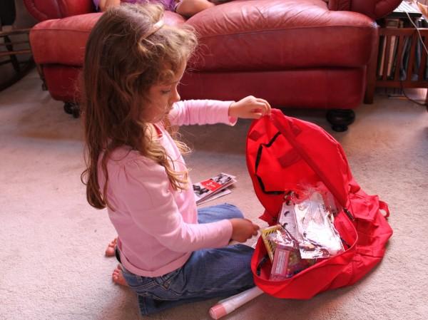 niña alista mochila
